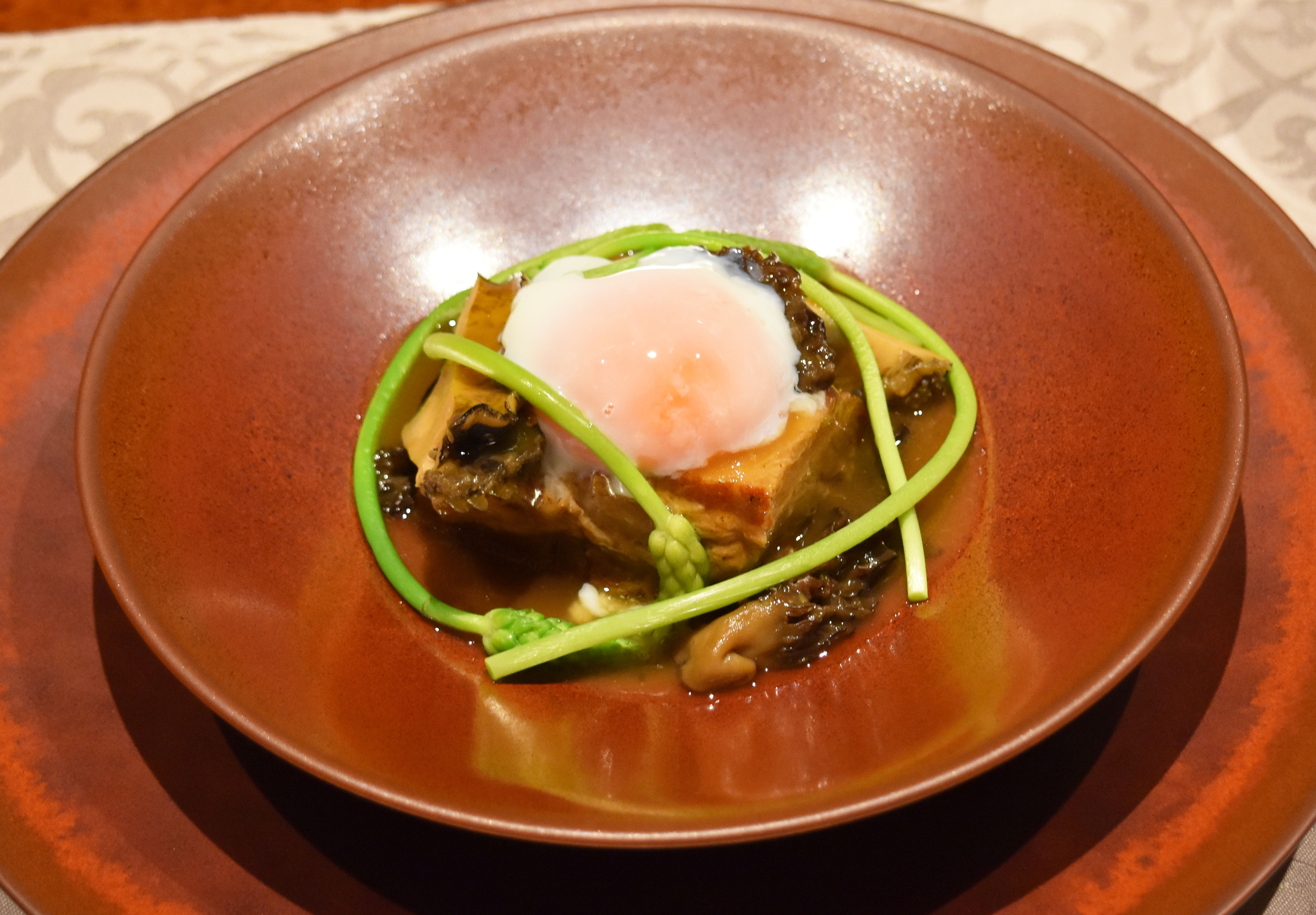 やわらかく煮込んだ東京X豚ばら肉と鮑の炊き合わせ アスパラソヴァージュと温泉玉子を添えて¥1,800(税別)